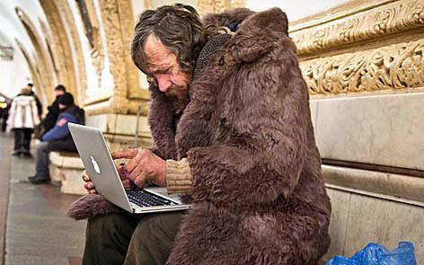 Картинки по запросу бомж с ноутбуком