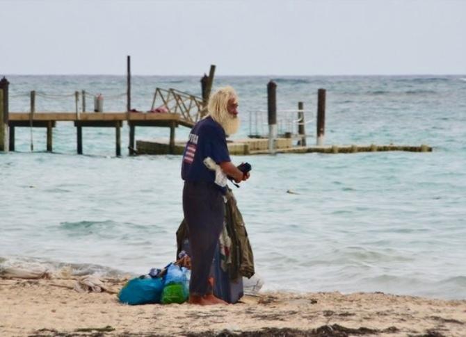 Два мужика бабу реально засаживают на пляже на глазах у других