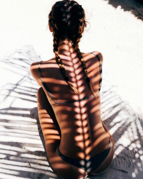 В тени от пальмы