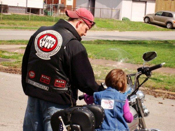 childrens bikers deliver bears - 800×600