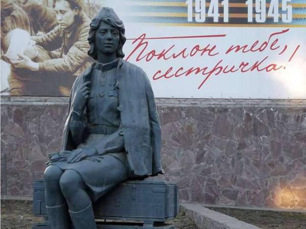 devushki-na-chetverenkah-igrayut-intensivno-otebal-krasavitsu