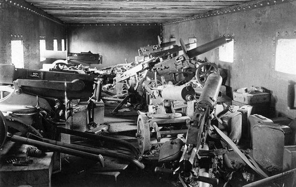 Внутри бронепоезда, 1918 год,