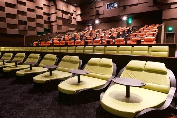 Порно девочка в кинотеатре на последнем ряду фото 132-313