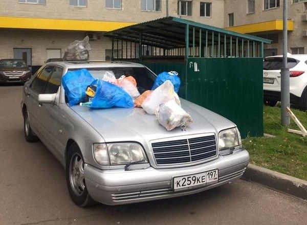 Жители многоэтажного дома наказали водителя, который любит парковаться у баков