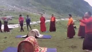 Всем оставаться на своих местах, работает тибетский спецназ! Тибет, Юмор, Игры, Баррель, Ковер, Перекат, Забава, Монах, Гифка