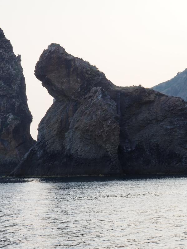 """Местные называют эту скалу """"Морской лев"""", -говорит экскурсовод. Дааа, соглашаемся мы) Коктебель, морской лев, Или пушка?"""