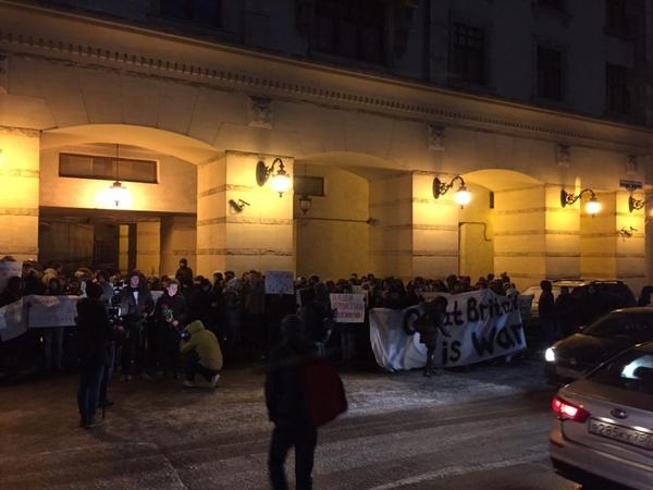 «Наши дипломаты неприкосновенны». Москвичи отреагировали на беспорядки у посольства РФ в Лондоне посольство, дипломаты, Москва, длиннопост, Политика