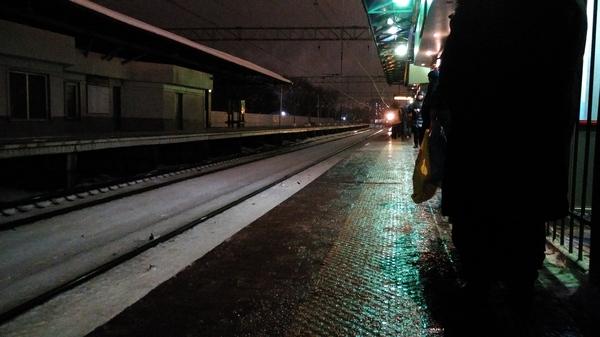Автомобилисты, пользуйтесь общественным транспортом! Мокрый лёд, уклон к рельсам.