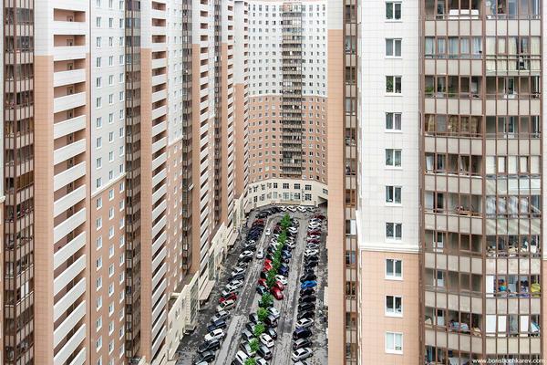 Благоустроенные трущобы. Окна в окна,  ни клочка зелени или клумбы. Санкт-Петербург, Двор, Парковка, Застройка, Мкд