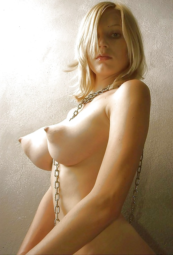 Фото торчащей голой груди