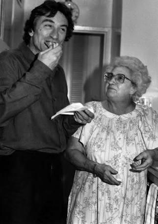 Роберт Де Ниро с матерью Мартина Скорсезе. Она готовила еду для актеров и съемочной группы множества фильмов своего сына (1980-е)