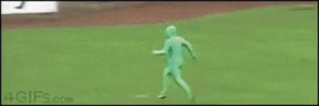 Этот забег напомнил о погоне змей за игуаной )) Зеленый человек, Игуана, Змея, Хеппи-Энд, Гифка, Видео