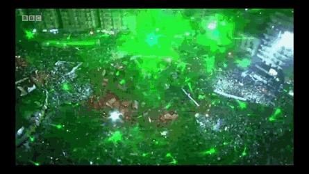 Египетские демонстранты приветствуют военные вертолеты лазерными указками