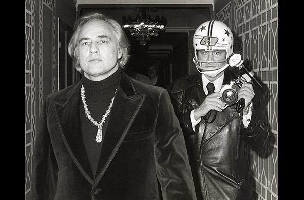 Однажды Марлон Брандо сломал челюсть и выбил пять зубов папарацци Рону Галлеа. В следующий раз тот фотографировал Брандо, надев шлем