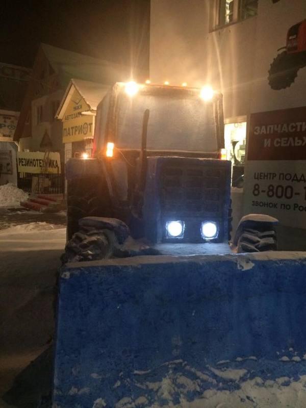 Жители якутского посёлка слепили трактор из снега в натуральную величину Трактор, Снежные фигуры, Зима, Якутия