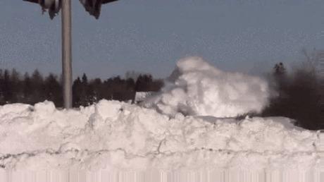 Поезд против снега.