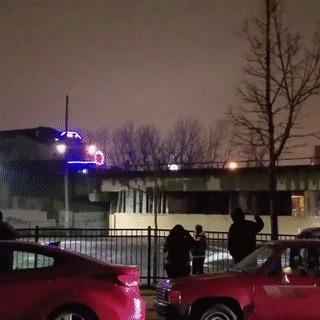 Люди специально собрались у моста, чтобы заснять праздничный поезд