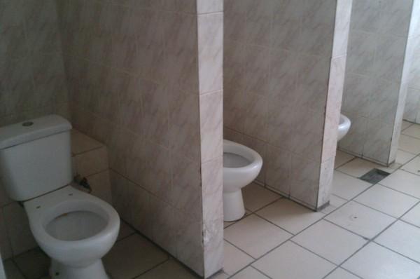 Вы смотрите на член соседа в туалете