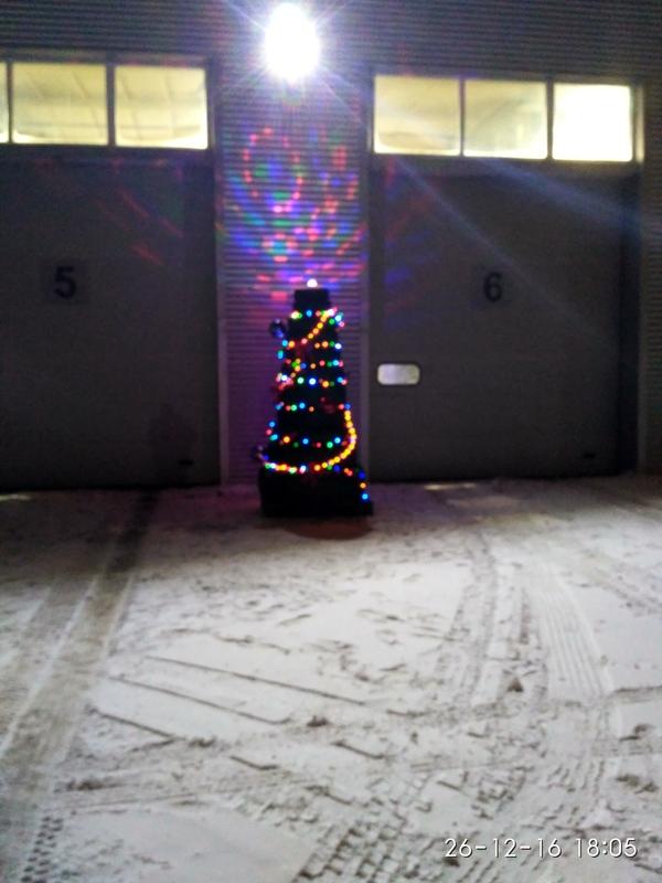 С Новым годом Новый Год, Автосервис, Ёлка