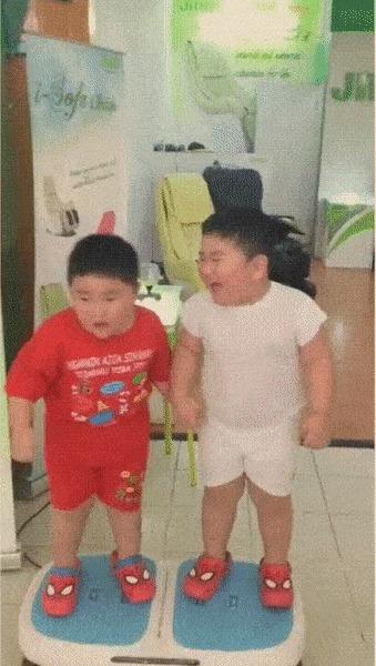 Два мальчика на виброплафторме для похудения