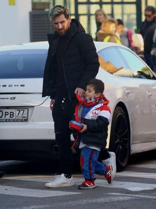 Месси забирает сына из детсада Месси, Футбол, Парковка, Авто