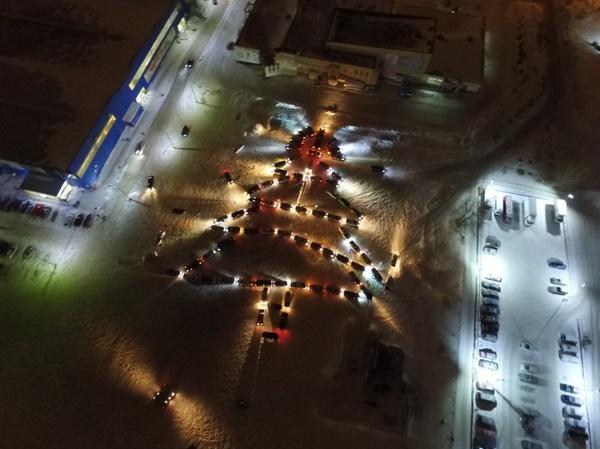 Красноярские водители составили гигантскую елку из автомобилей Флешмоб, Новый Год, Ёлка, Текст
