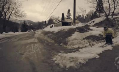 Экстремальный спуск на лыжах в городе.