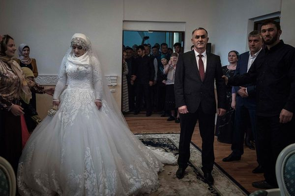 Уставшая невеста не смогла устоять перед двумя парнями фото 753-565