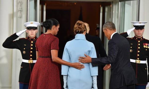 Проходите Мисси! Аккуратнее Мисси, тут ступенька. Обама, Трамп, Негр, Мелания Трамп, Мишель обама, Политика