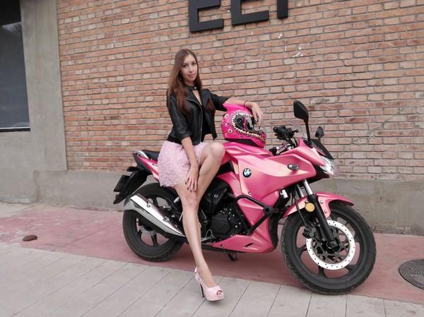 Платье девки фото мотоцикле а на задирается