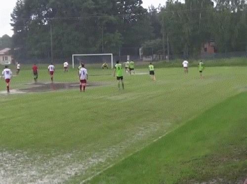 Водные процедуры после гола Футбол, Дождь, Лужа, Празднование гола, Гифка