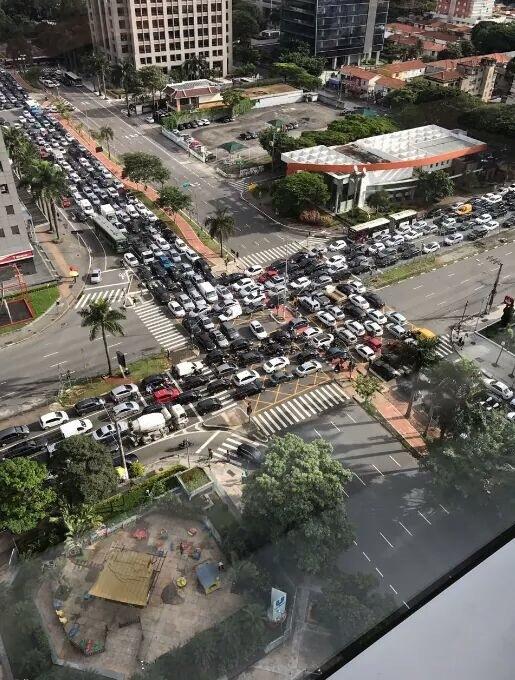 Просто ещё одна автомобильная пробка в Бразилии.