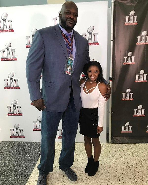 Шакил О`Нил (рост 2 метра 16 см) и гимнастка Симона Байлз (рост 1 метр 45 см) на СуперБоуле Шакил О'Нил, Симона байлз, Супербоул, Разница