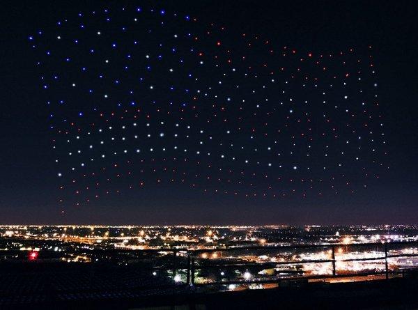 Флаг США, составленный из летающих дронов во время Супербоул-2017