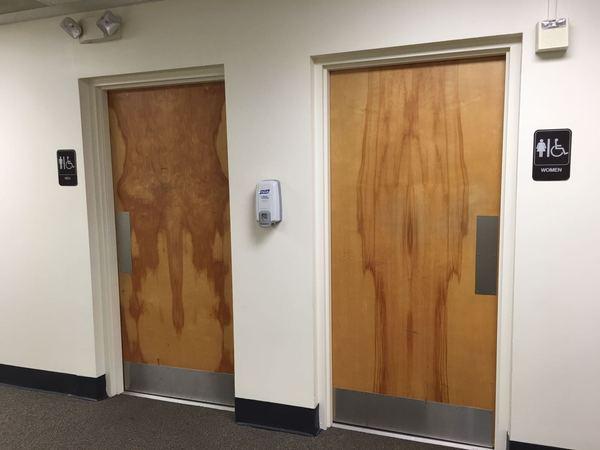 """""""Моя тетя пошла в туалет в новом здании своей компании. Это то, что она увидела."""""""