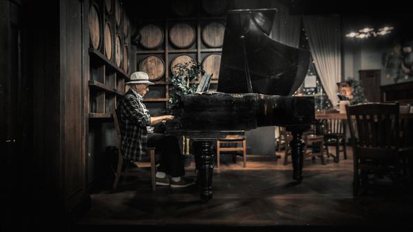 Просто человек за роялем бар, рояль, фотография