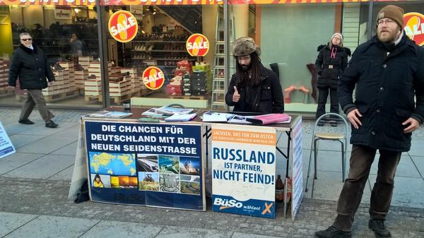 Встретил этого чувака сегодня в Дрездене. Агитирует за дружбу Германии и России.