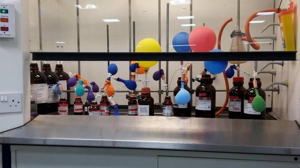 В лаборатории, где идет синтез газочувствительных веществ, всегда праздничная обстановка