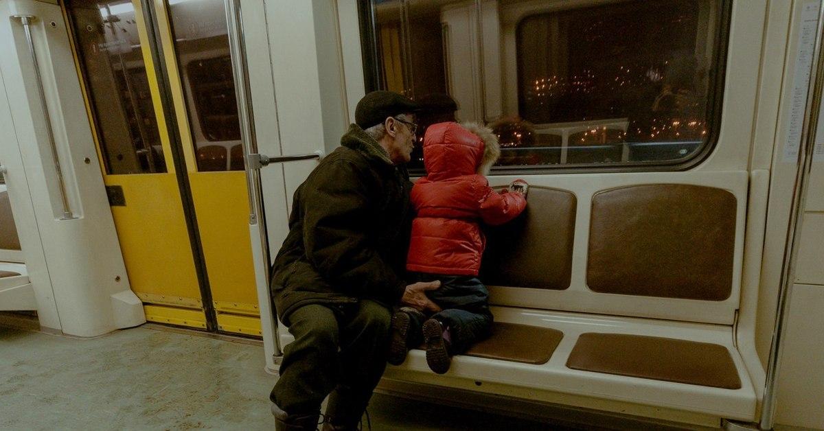 Пристали в метро
