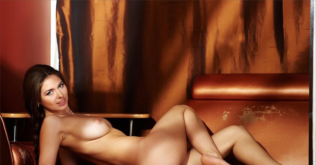 девушки голые с красивыми ножками отдает