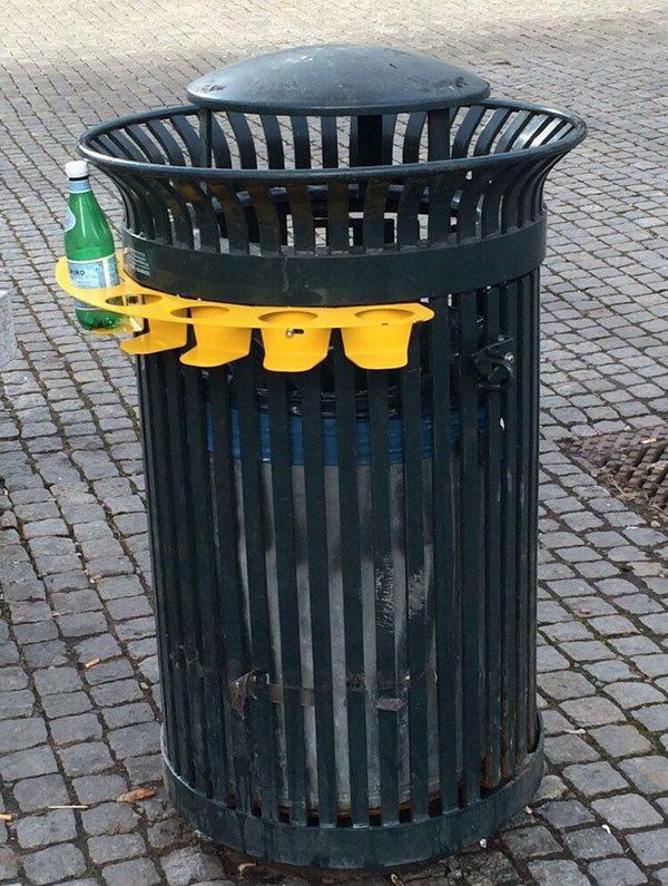 Приспособа для вставки бутылок, чтобы «сборщики вторсырья» не перелопачивали содержимое мусорки