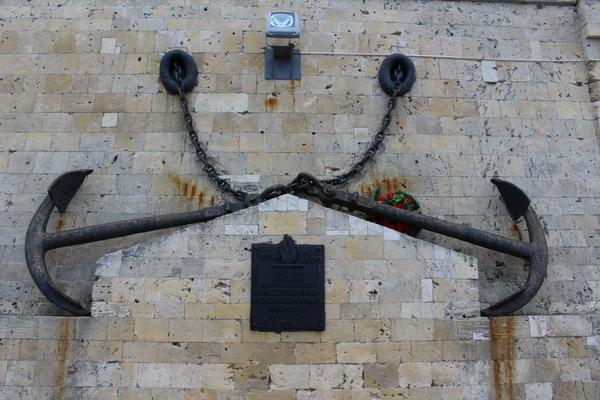 Памятная табличка на набережной в Севастополе. Царь, Поклонская, Севастополь