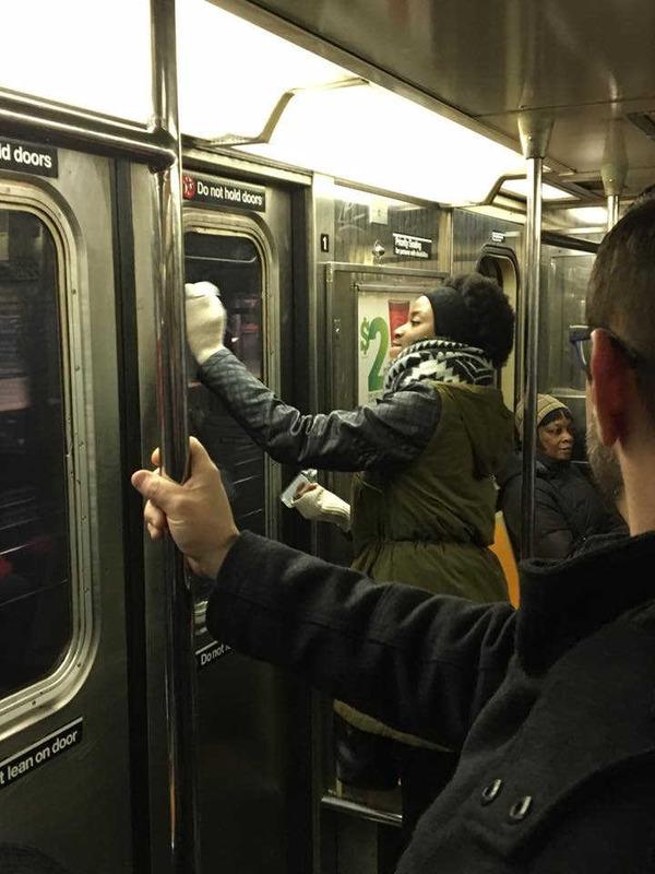 Евреи наградили человека, стиравшего свастики в метро Нью-Йорка Евреи, Пикабу, Шутки за триста, Расизм, Нетерпимость, США, Нью-Йорк, Награда