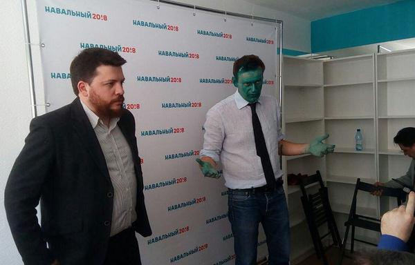 Навального облили зеленкой перед открытием предвыборного штаба в Барнауле Политика, Алексей Навальный, Барнаул, зеленка, облили, опозиционэр, мвд, видео