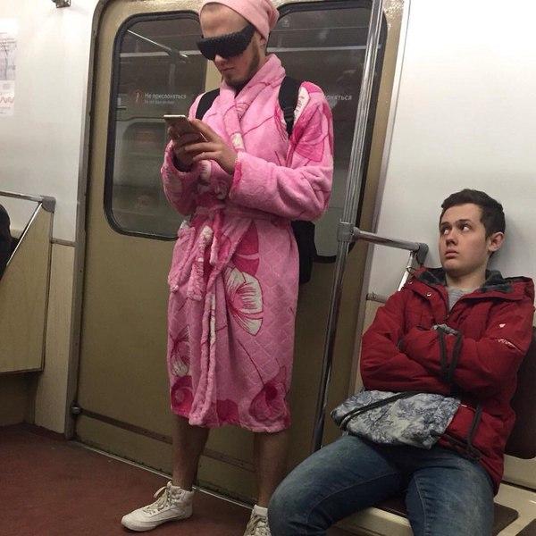 Парень в женском халате