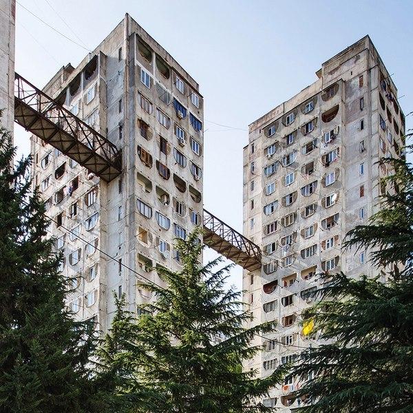 Жилой комплекс с надземным сообщением из СССР архитектура, Грузия, Тбилиси, СССР, Совмод, длиннопост