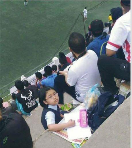 «Пока папа смотри футбол, дочка делает домашнюю работу»