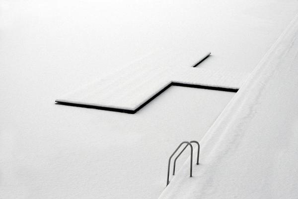 Cвежий снег на застывшем озере