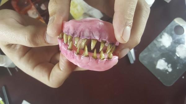 Маленькие хитрости гримерного дела или как <u>черный</u> делают страшные зубы и челюсти грим, челюсти, спецэффекты, зубы зомби, видео, длиннопост