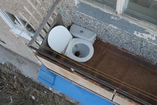 Туалет на балконе, ванна в парадной.
